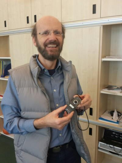 Schuldirektor Ludger Bernhard erklärt mir die Hörhilfen im Unterricht