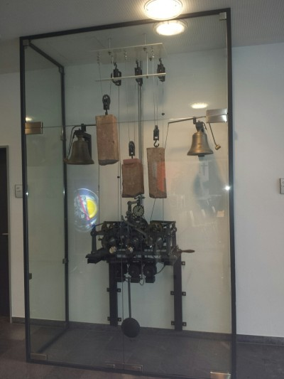 Vor der Mensa, in der alle gemeinsam essen, ist die alte Turmuhr ausgestellt.
